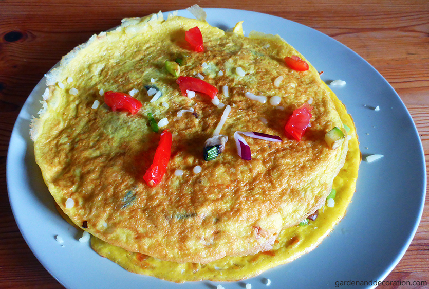 Topping for the sandwich omelette.